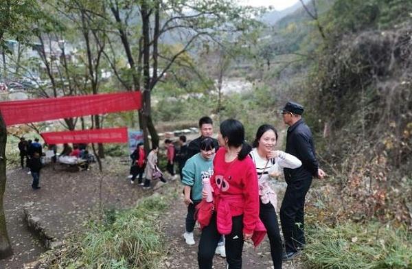 鑫安安防徒步人员开始登山