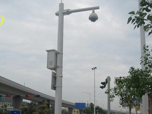 感动:道路视频监控系统拍下马路上特别的一幕