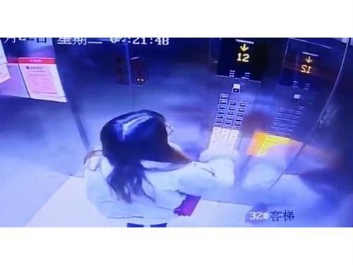 电梯故障,女子镇定自救,电梯视频监控画面曝光