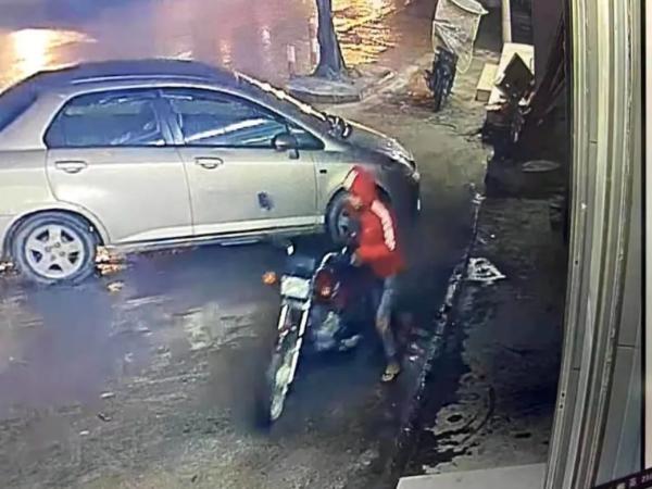 视频监控系统记录下的偷车画面